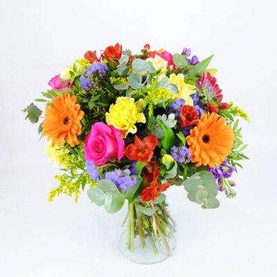 Flores Con Rosa Fucsia, Clavel Amarillo, Gerbera Naranja, Gerbera Fucsia, Alstroemeria Roja, Solidago, Hipericum Rojo, Alelí Azul, Tulipán Amarillo