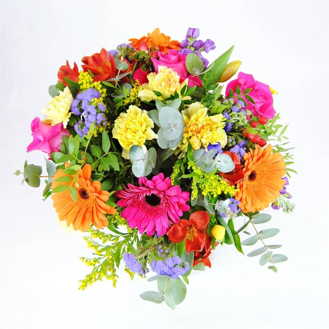 Regalar Ramo de flores con Rosa fucsia, Clavel amarillo, Gerbera naranja, Gerbera fucsia, Alstroemeria roja, Solidago, Hipericum rojo, Alelí azul, Tulipán amarillo