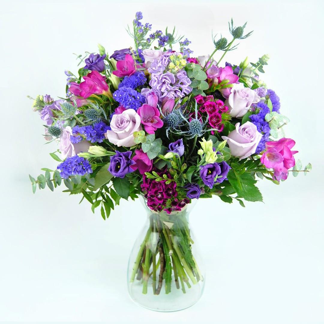 Ramo de Flores con Fresias, Rosas lilas, Estatice, Eryngium, Lisiantum azul, Clavel poeta y Alelí lila
