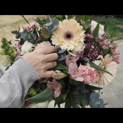 Envío De Flores Con Tulipanes, Rosas Blancas, Claveles, Gerberas Y Antirriums