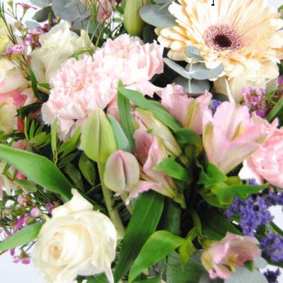 Enviar Ramo De Flores Con Tulipanes, Rosas Blancas, Claveles, Gerberas Y Antirriums