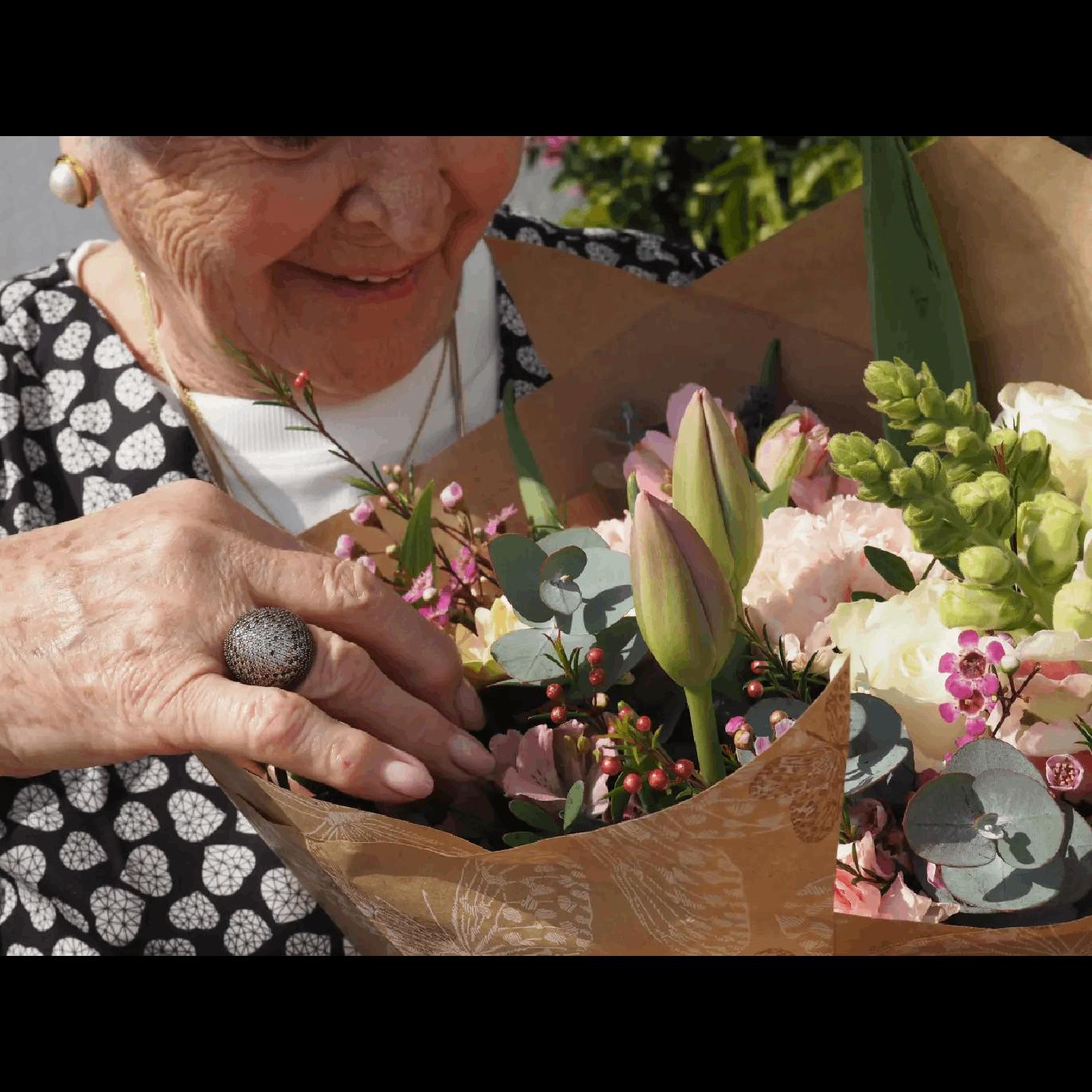 Flores con Rosas Blancas, Tulipanes, Claveles, Gerberas y Antirriums