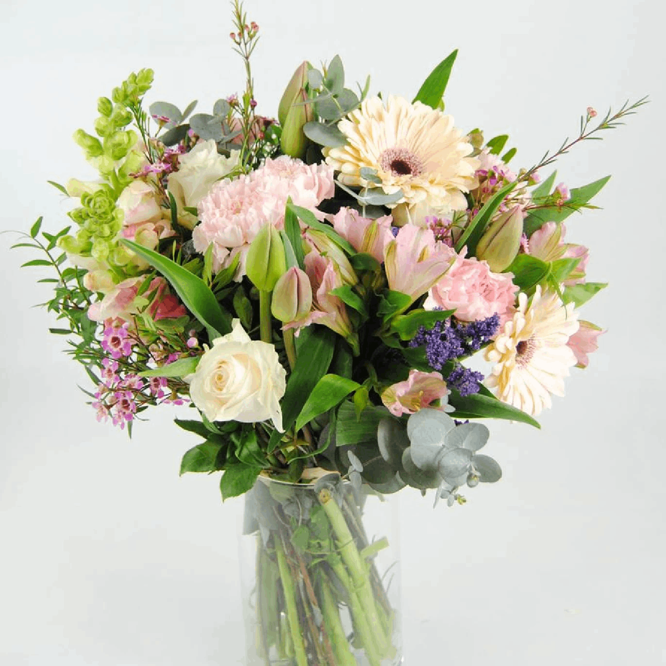 Flores con Tulipanes, Rosas Blancas, Claveles, Gerberas y Antirriums