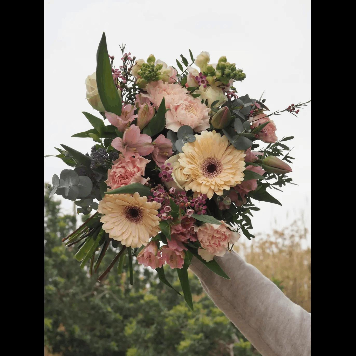 Ramo con Rosas Blancas, Tulipanes, Claveles, Gerberas y Antirriums