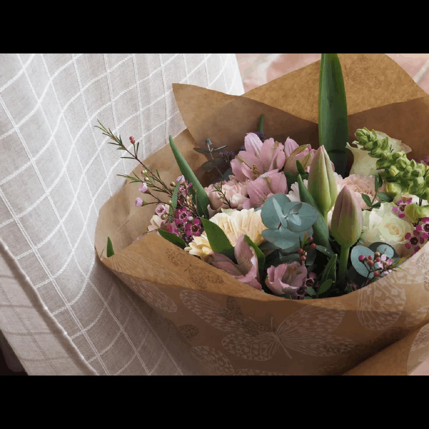 Ramo de Flores con Rosas Blancas, Tulipanes, Claveles, Gerberas y Antirriums