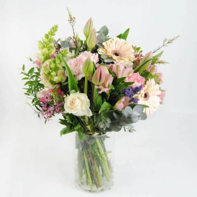 Ramo De Flores Con Tulipanes, Rosas Blancas, Claveles, Gerberas Y Antirriums