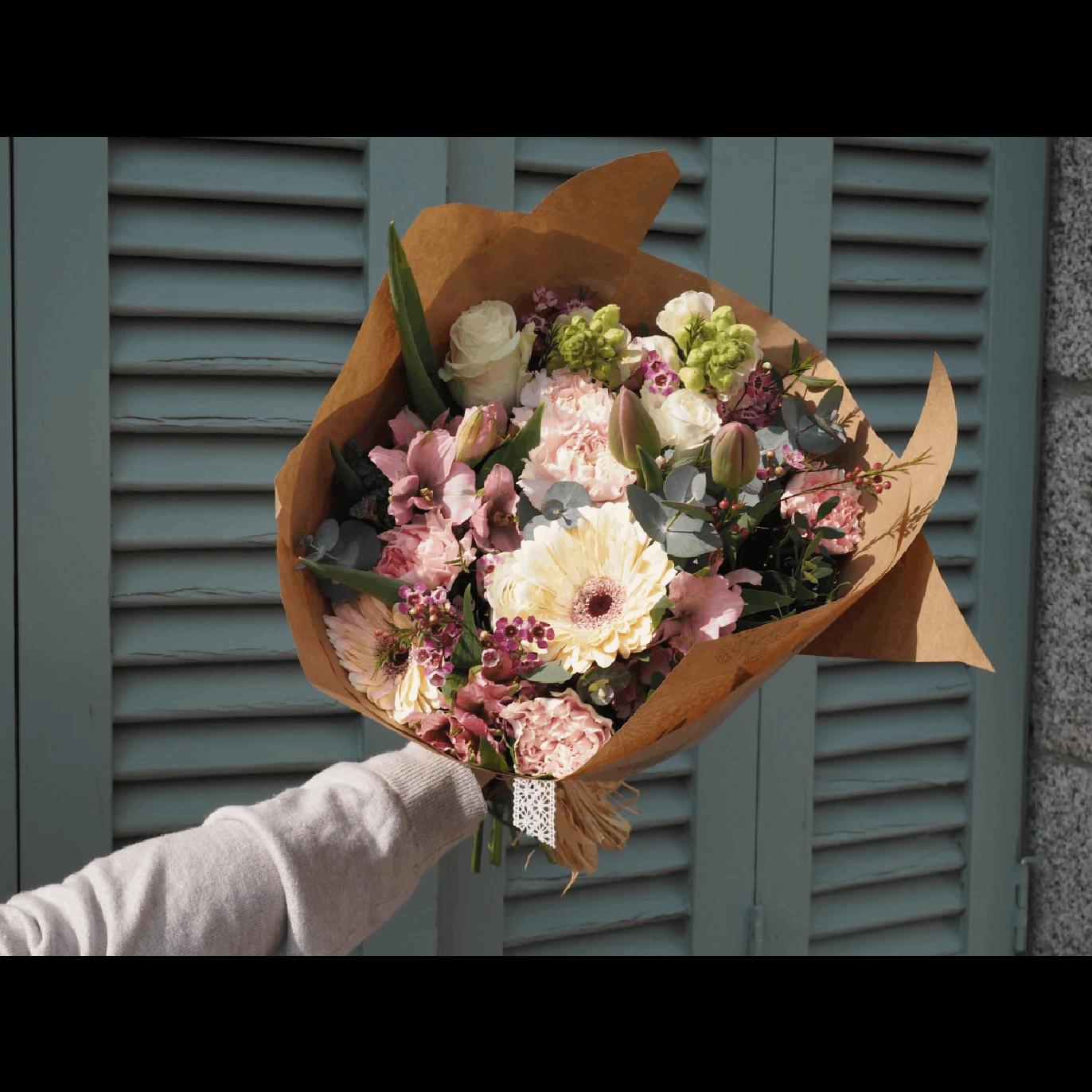 Regalar Ramo de Flores con Tulipanes, Rosas Blancas, Claveles, Gerberas y Antirriums