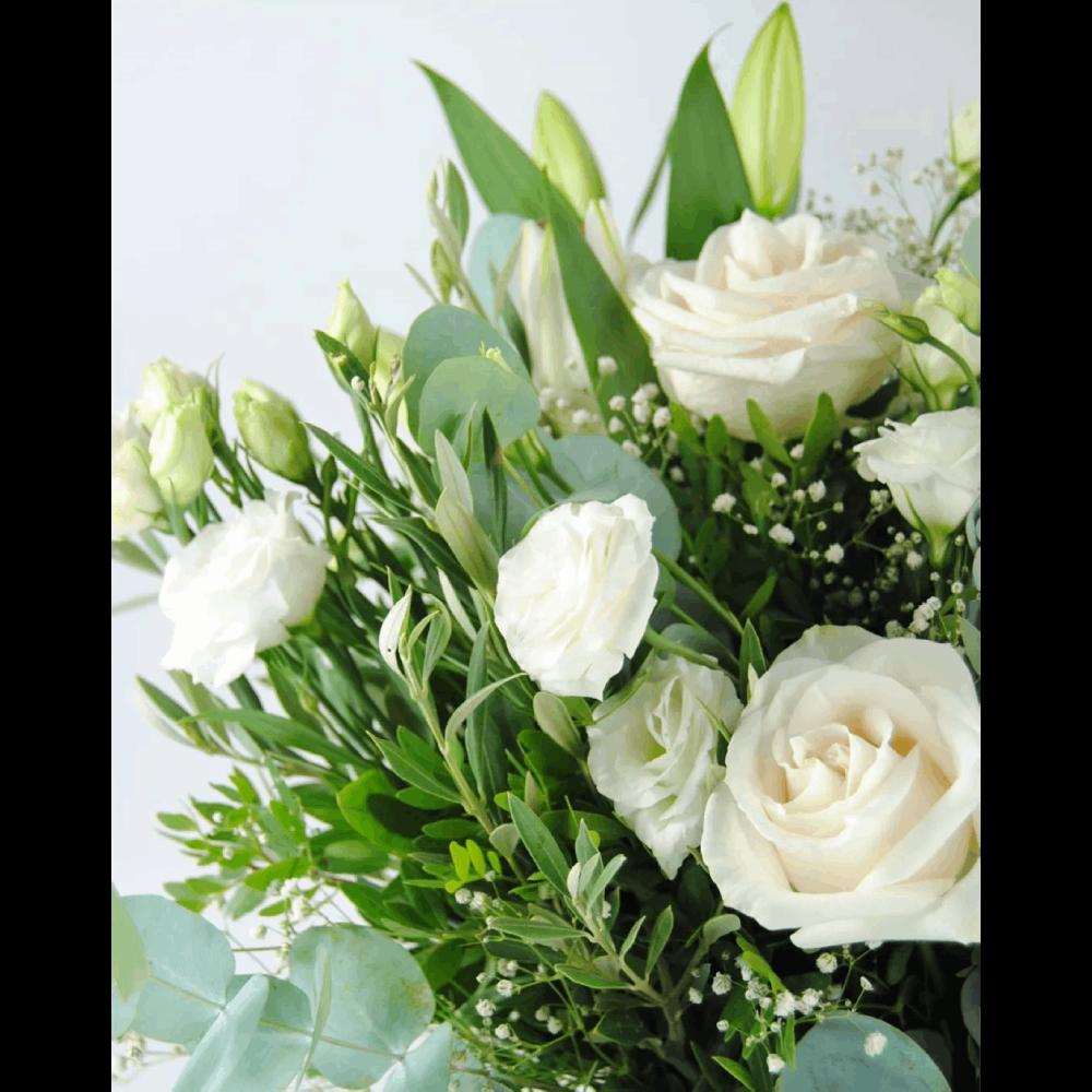 Ramo de flores con rosas blancas lirios lisantium