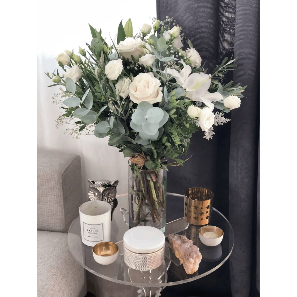 Ramo de rosas blancas lirios lisantium
