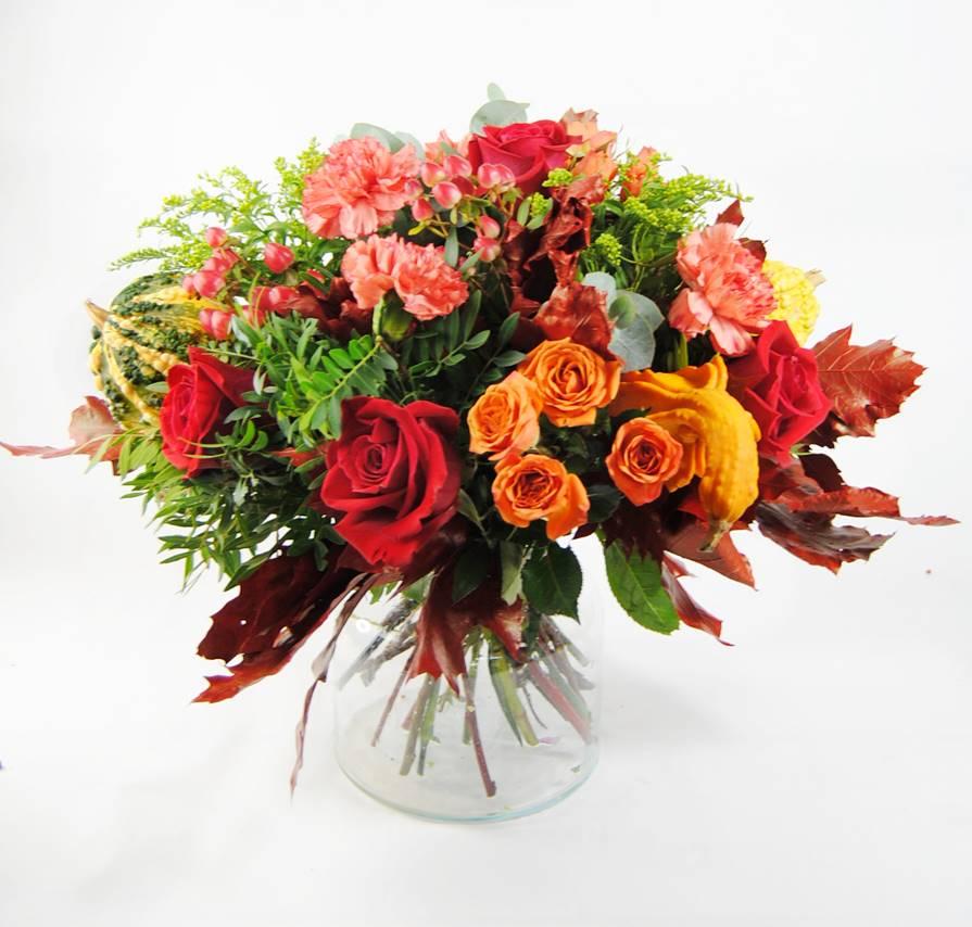 Composicion de flores con rosas rojas, claveles, gerberas, solidago, y calabazas - originalflor