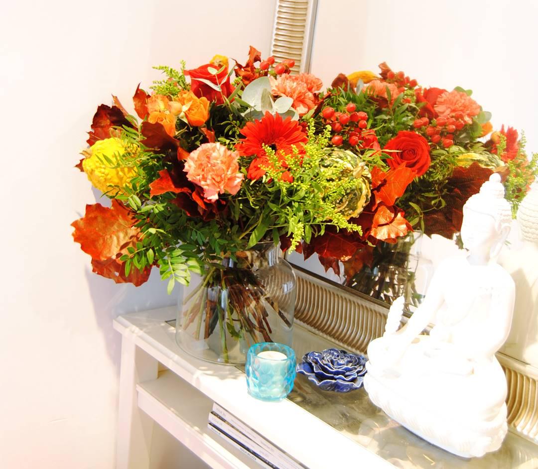 Ramo de flores con 3 calabazas, rosas rojas, claveles, gerbera, hojas de roble - orignialflor