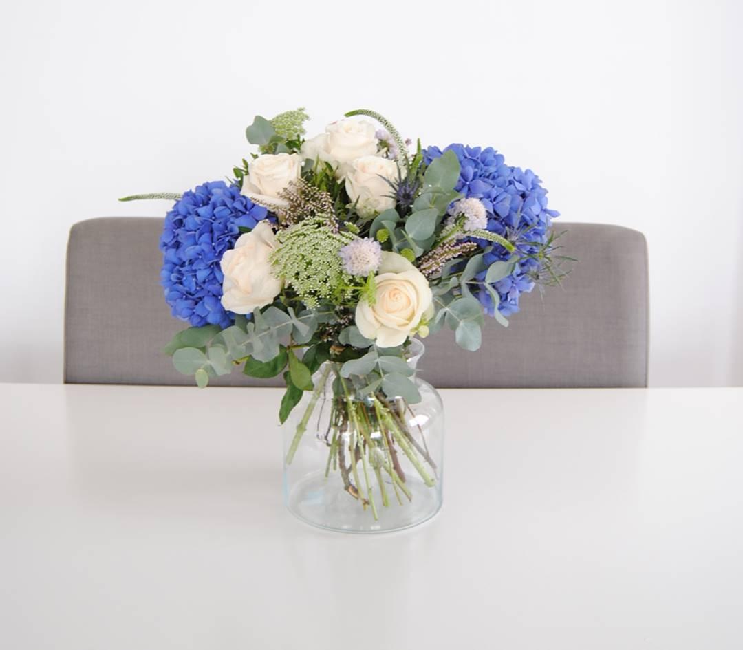 Ramo de flores con Hortensias azules, Rosas, Eringium, anymagus y eucalipto - originalflor