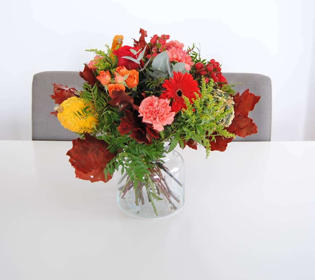 Ramo de flores con hipericum rojo, flores pitimini rosa naranja, clavel naranja, rosas rojas - originalflor