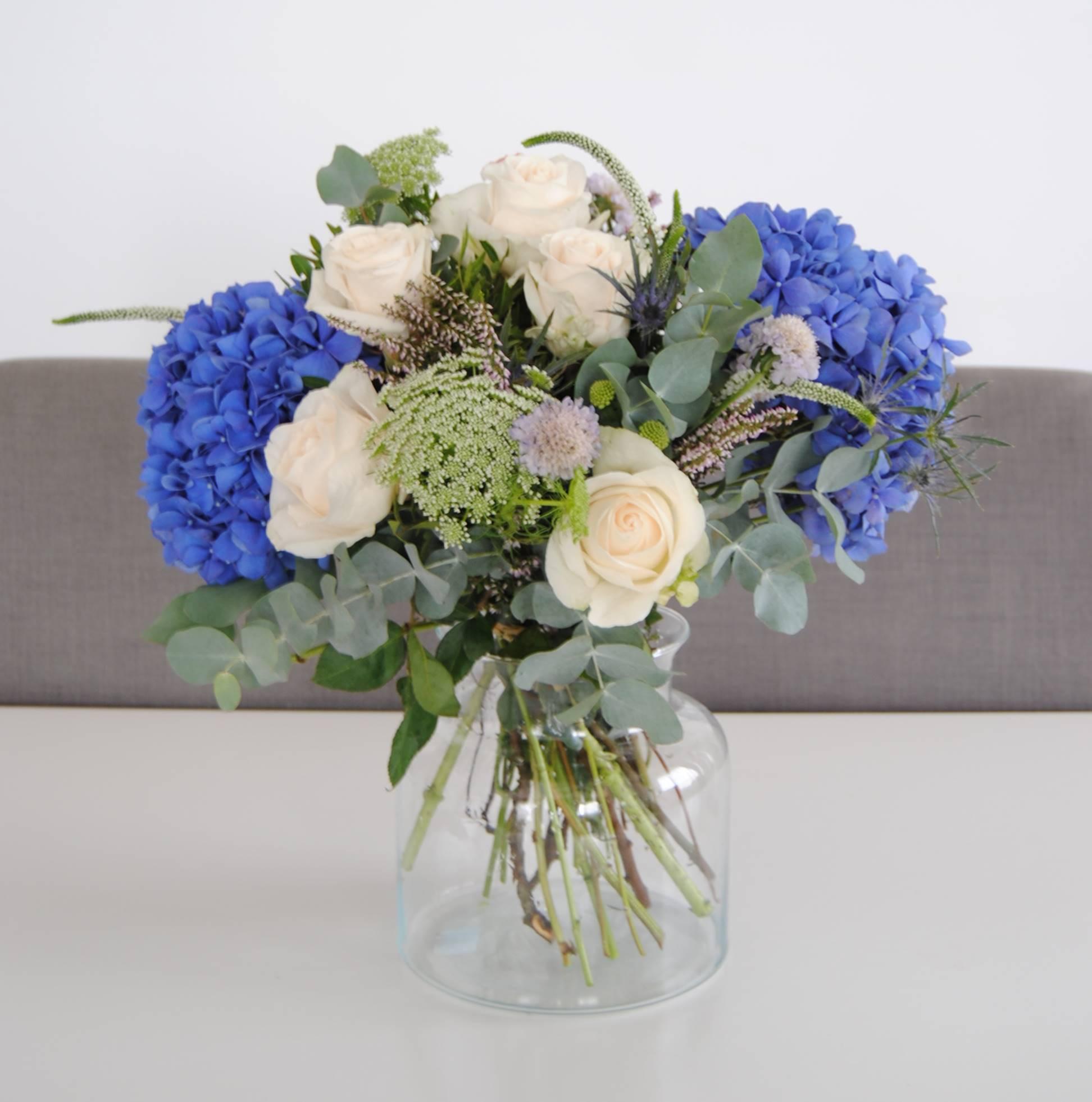 Ramo de flores de color azul y blanco con Hortensias azules, Rosas, Eringium, anymagus y eucalipto - originalflor