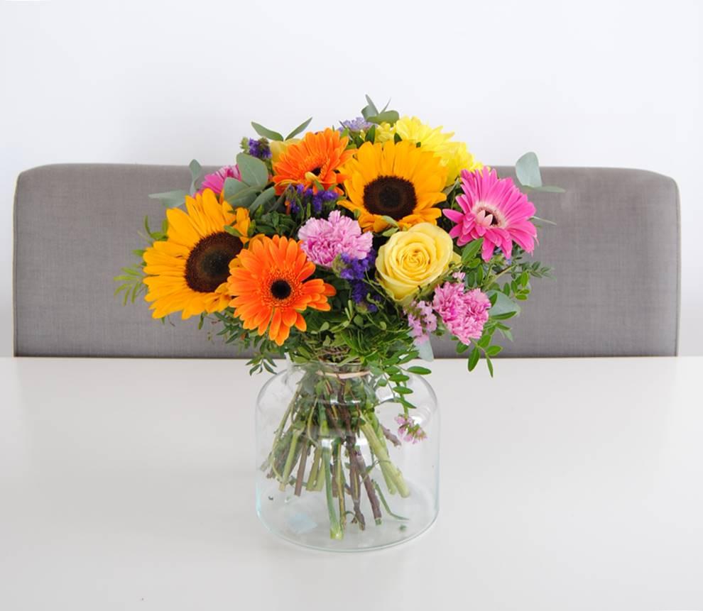 comprar ramo de flores con girasoles, gerberas fucsia, gerbera naranja, flores margarita amarilla, clavel jaspeado, rosa amarilla, rosa fucsia, estaticeazul, eucalipto - originalflor