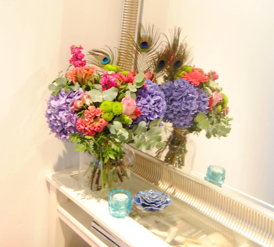 comprar ramos de flores hortensias azules, celosia, flores de rosa pitimini, aleli, flores de baloon verde, gerbera fucsia, rosa lilia, plumas de pavo real - originalflor