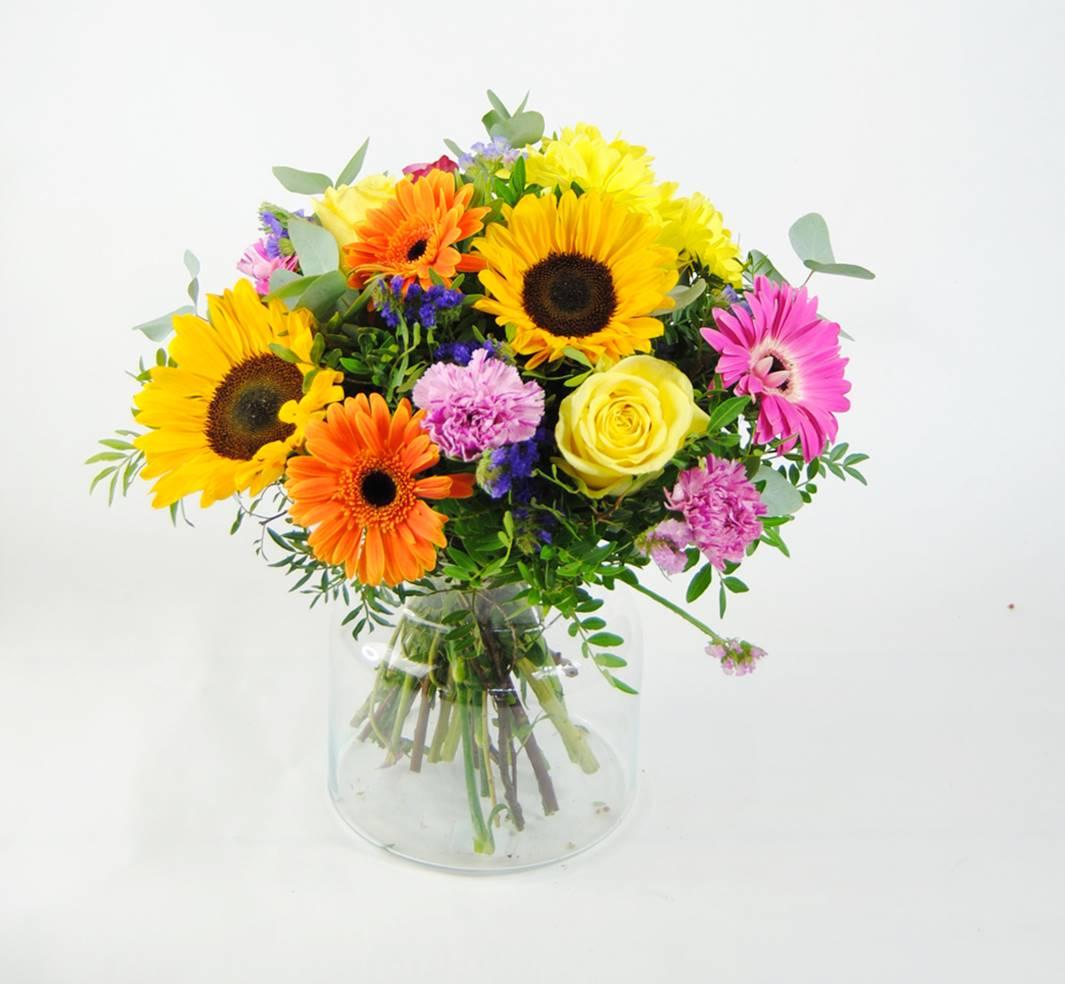 enviar flores para felicitar con girasoles, gerberas fucsia, gerbera naranja, flores margarita amarilla, clavel jaspeado, rosa amarilla, rosa fucsia, estaticeazul, eucalipto - originalflor