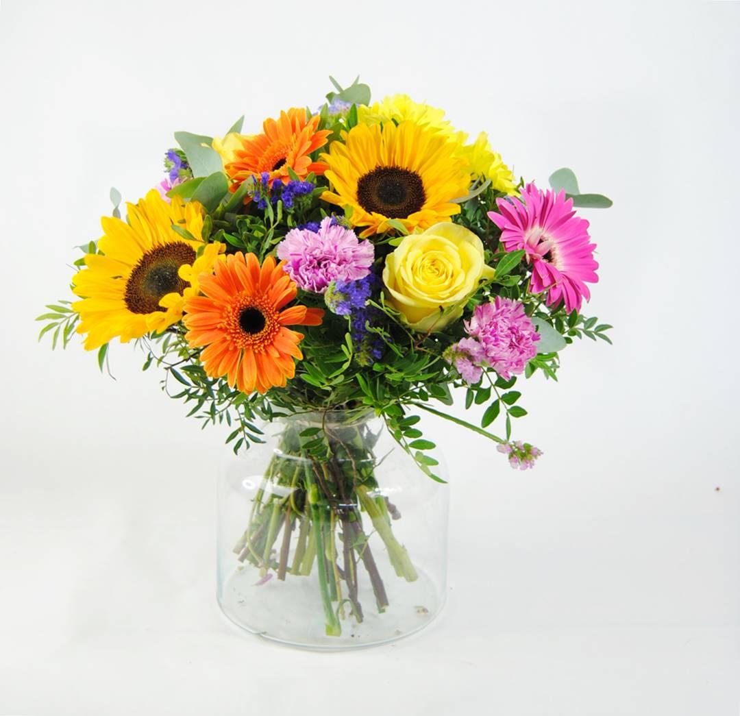 enviar ramo de flores con girasoles, gerberas fucsia, gerbera naranja, flores margarita amarilla, clavel jaspeado, rosa amarilla, rosa fucsia, estaticeazul, eucalipto - originalflor