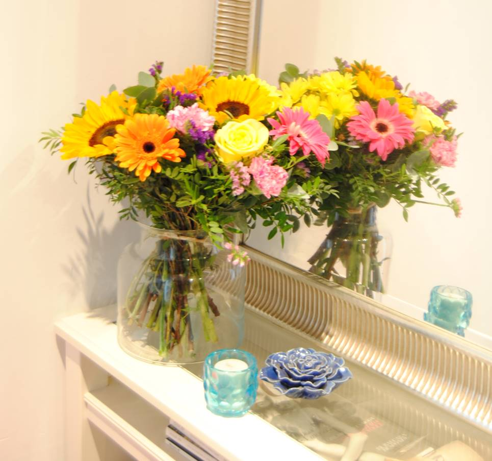 flores para regalar girasoles, gerberas fucsia, gerbera naranja, flores margarita amarilla, clavel jaspeado, rosa amarilla, rosa fucsia, estaticeazul, eucalipto - originalflor