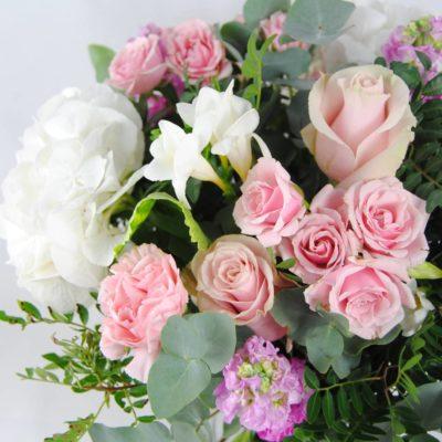 Ramo De Flores Con Hortensia Blancas, Flores De Rosa Pitiminí Rosa, Rosas Rosa, Aleli, Clavel Rosa, Fresia Blanca, Eucalipto - Originalflor