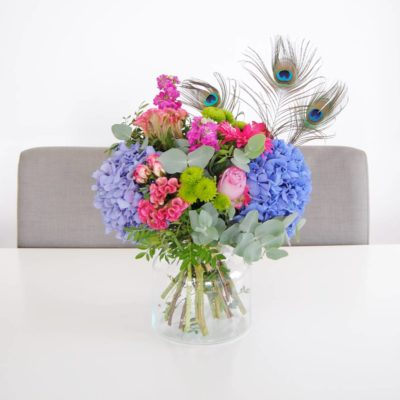 Ramo De Flores Con Hortensias Azules, Celosia, Flores De Rosa Pitimini, Aleli, Flores De Baloon Verde, Gerbera Fucsia, Rosa Lilia, Plumas De Pavo Real - Originalflor