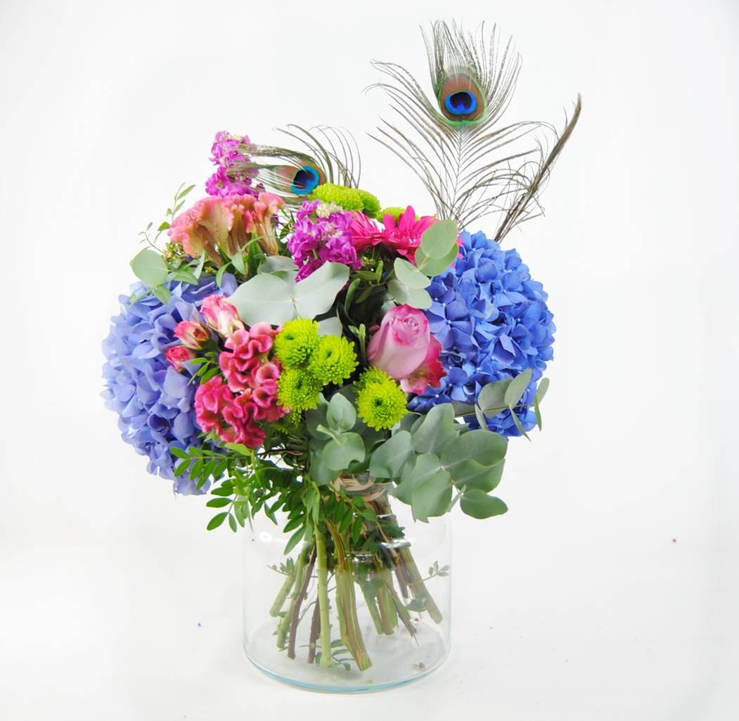 regalar flores hortensias azules, celosia, flores de rosa pitimini, aleli, flores de baloon verde, gerbera fucsia, rosa lilia, plumas de pavo real - originalflor