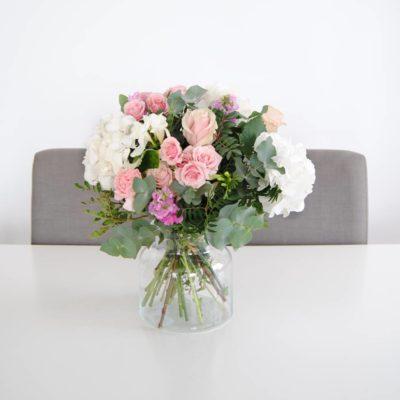Regalar Ramo De Flores Con Hortensia Blancas, Flores De Rosa Pitiminí Rosa, Rosas Rosa, Aleli, Clavel Rosa, Fresia Blanca, Eucalipto - Originalflor